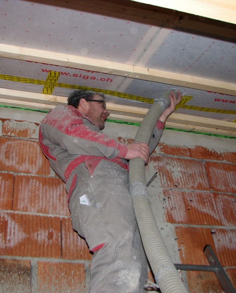 Holzbau und Dämmung: Einblasen von Wärmedämmung aus Holz- und Zellulosefasern