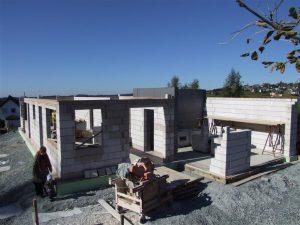Baustelle eines Niedrigenergiehauses mit Kalksandstein und 20 cm Dämmung