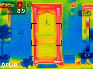 Wärmebild einer Eingangstür mit einem energetisch schwachem Rahmen