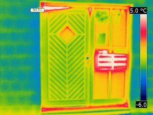 Wärmebild einer Haustür mit Einwurfanlage